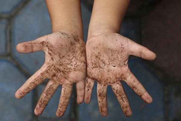 Грязные руки - частая причина заражения глистами