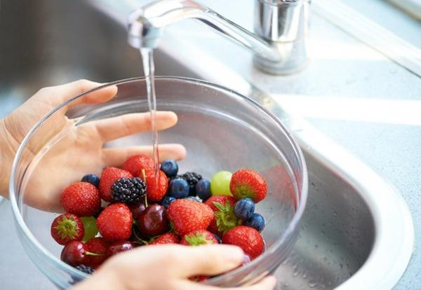 Обязательно тщательное мытье овощей и фруктов